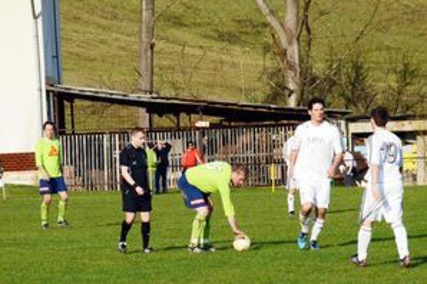 Znova spolu. Na jar si ešte pred časom hráči SP MFK Rožňava I. Lörincz (pri lopte) a L. Varga (vedľa vpravo) zahrali proti sebe, na jeseň už budú obaja obliekať dres FK Lipovník.