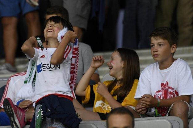 Mladí fanúšikovia AS Trenčín v prvom zápase 2. predkola Ligy majstrov NK Olimpija Ľubľana - AS Trenčín, 13. júla 2016 v slovinskej Ľubľane.