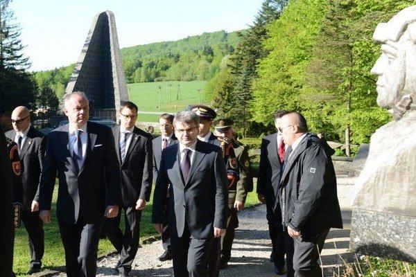 Prezident na Dukle (druhý zľava).