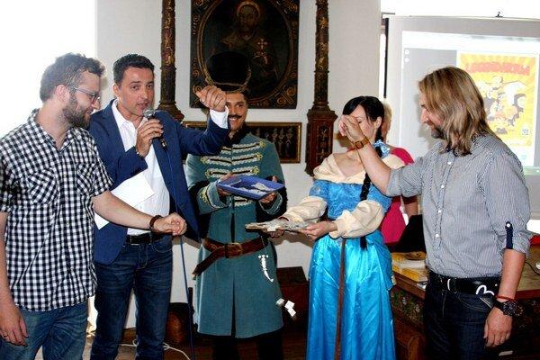 Krst projektu v bardejovskej radnici. Slovom ho pokrstili moderátor Ľuboš Sarnovský a autori.
