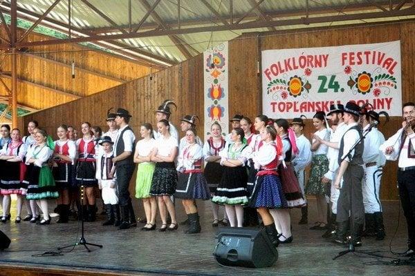 V spoločnom programe sa predstavili dva súbory – FS Topľan a FS Vargovčan.