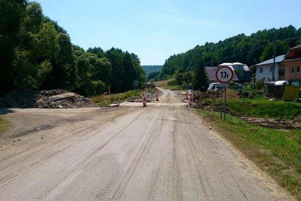 Cestu cez Šarišský Štiavnik momentálne opravujú. Práce sa síce pretiahli, termín majú podľa zhotoviteľa dodržať.
