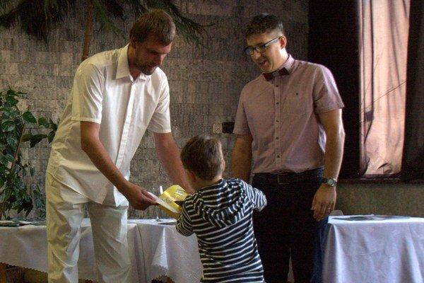 Krst knihy Bardejovské zásahy. Autori Peter Javorík a Adam Dzamba ju nechali pokrstiť červeným vínom z Mikulova.