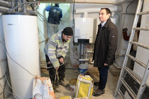 Splnomocnenec vlády SR pre rómske komunity Peter Pollák a zamestnanci obecného podniku počas prác na rekonštrukcii a oprave škôlky.