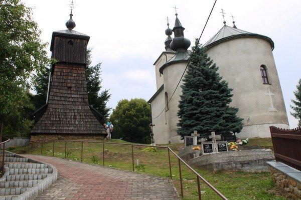 Celkový pohľad. Zvonica dotvára areál chrámu.
