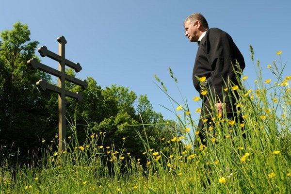 Bazilián otec Vladimír pri kríži na gréckokatolíckom pútnickom mieste Buková hora.