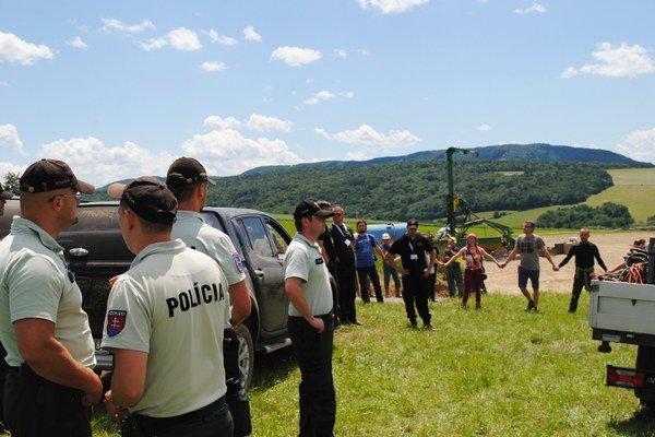 Živá reťaz, polícia, súkromná SBS-ka. Pred vrtnou plošinou vSmilne bolo naozaj horúco.