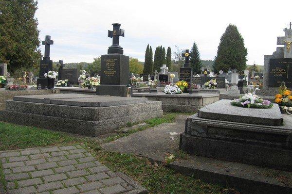 Na stropkovskom cintoríne robia údržbu.