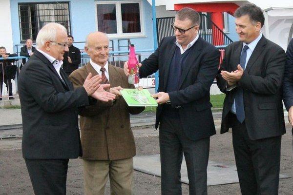 Počas krstu knihy. Zľava primátor mesta Bardejov B. Hanuščák, autor knihy so svojim dielom J. Tarcala, prezident SFZ J. Kováčik a  prezident FC Bardejov P. Petruš.