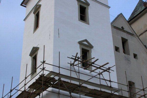 Rekonštrukcia ľavej veže. Vyžaduje si odborné reštaurátorské postupy.