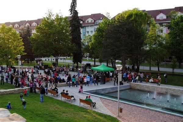 Vítanie jari a odomykanie fontán. Do Promenádneho parku prišli aj rozprávkové bytosti.