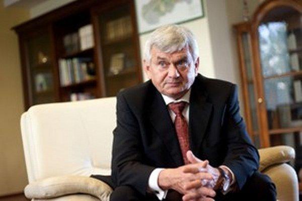 Ľubomír Jahnátek (58) pochádza z Nitry. Vyštudoval chémiu, neskôr si vzdelanie doplnil v oblasti materiálového inžinierstva a elektroenergetiky. Pôsobil v Plastike Nitra či v Dusle Šaľa. V predošlej Ficovej vláde bol ministrom hospodárstva, v tejto vláde