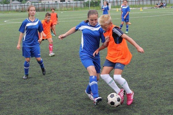 Žiačky odohrali prípravný zápas proti chlapcom.