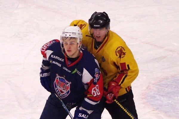 Tomáš Hričina (v modrom). Na úvod sezóny sa mu darí.