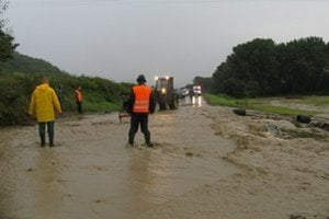 Takto sa voda pred pár dňami valila cez príjazdovú cestu do Stebníka.