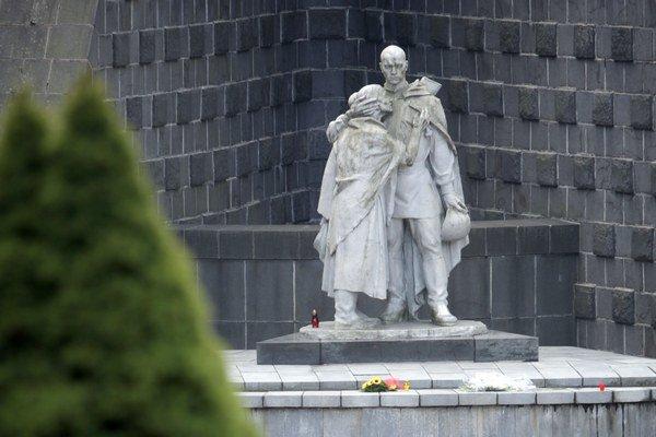 Súsošie Žalujem je na duklianskom pamätníku od roku 1964. Komunisti ním nahradili pôvodnú sochu.