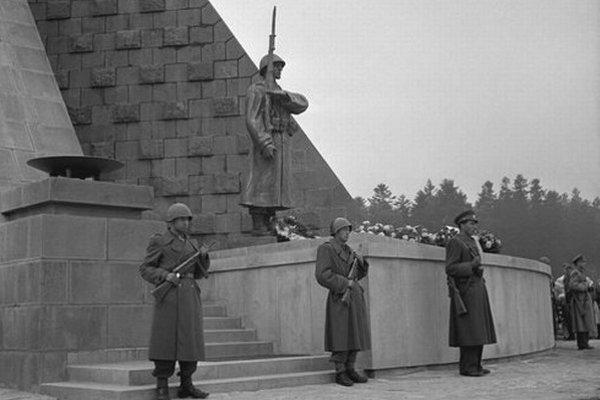 Pôvodná socha z roku 1949. Jej kópiu vrátili na čelo pamätníka.