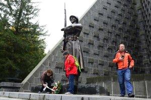 Na pamätník vrátili kópiu pôvodnej sochy z roku 1949.