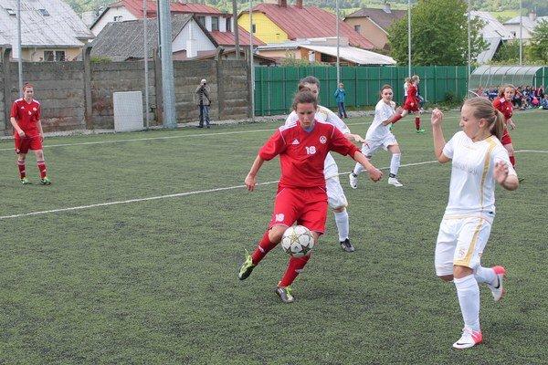 M. Fedorková (v červenom). Patrí k oporám tímu.