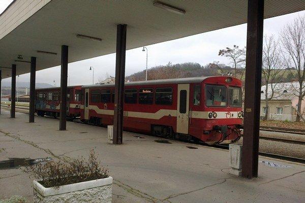"""Bardejovská """"malina"""". Od 17. 11. prepravuje študentov a dôchodcov zdarma."""