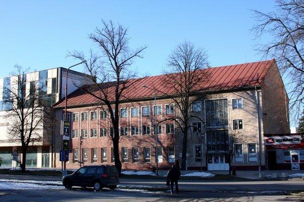 Budova Centra voľného času. Proti jeho zrušeniu v budove na Dlhom rade je  minimálne 3770 Bardejovčanov.