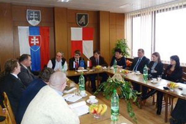 Svidník chce vstúpiť do Karpatského Euroregiónu Slovensko – Sever. Na stretnutí sa zástupcovia samospráv miest svidníckeho okresu a niekoľkých poľských oboznámili s možnosťami spolupráce.
