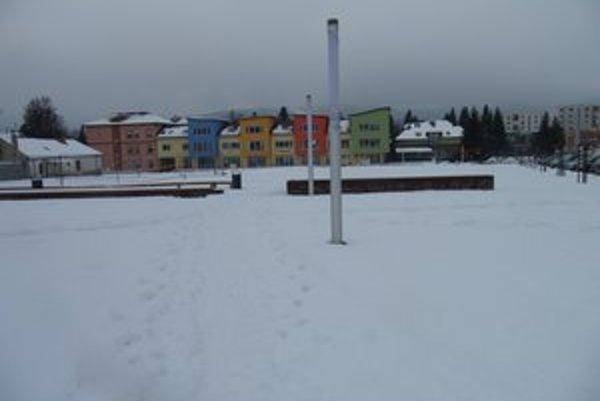 Zavalené snehom. Tak vyzerá námestie v Stropkove.