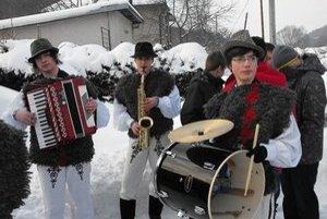 Fašiangy. Muzika a veselosť vytiahli z domov všetkých obyvateľov.