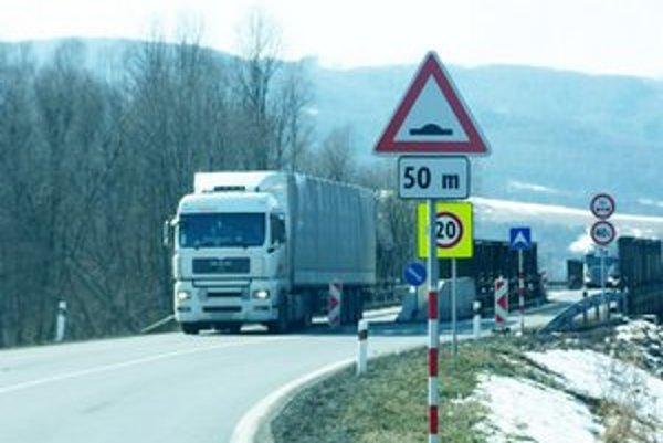 Cesta I. triedy medzi Breznicou a Miňovcami má po vybudovaní nových mostov kopírovať súčasnú obchádzku. Na úseku je problematická ostrá zákruta a mosty s retardérmi.