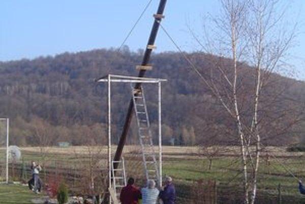 Stavanie hniezda. Stĺp postavilo sedem chlapov.