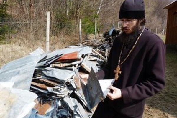 Marián Derco. Podľa pravoslávneho správcu farnosti  Medvedie musí byť aj starý plech z chrámu, ktorý slúžil ako ochrana pred počasím, spracovaný podľa cirkevných kánonov.