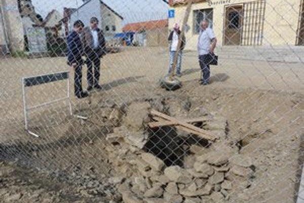 Prekvapivý nález. Novovekú studňu našli počas výkopových prác na kanalizácii na Stöckelovej ulici.