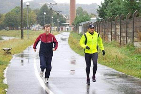 Tréning aj v daždi. Jozef Chovanec (vľavo) a Bohuš Čepiga behajú okolo Tople aj za nepriaznivého počasia.
