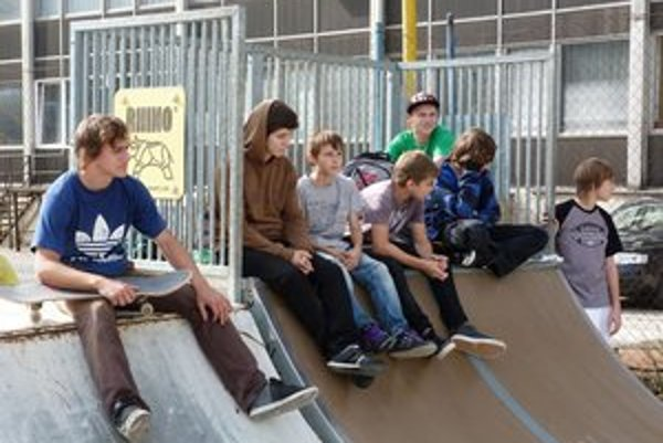 Svidnícky skatepark vylepšili. Osem nových prekážok dopĺňajú ďalšie prvky. Okrem skaterov ho využijú aj bikeri a inlineri.
