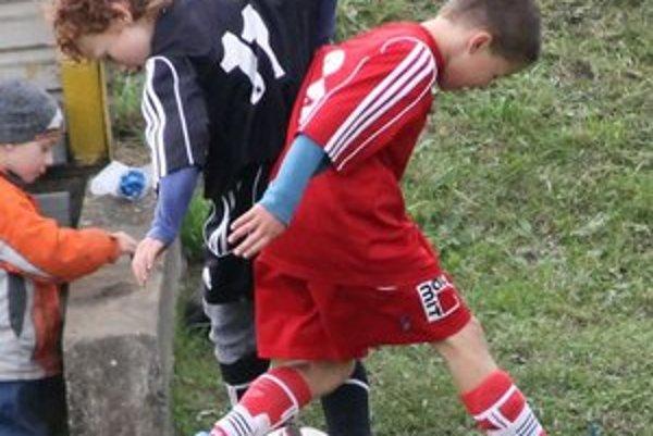 Súboj. Mladí futbalisti si nič nedarovali.