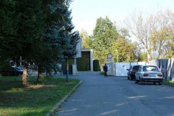 Budúce parkovisko. Nové parkovacie miesta pri svidníckom cintoríne pribudnú kvôli komplikáciám až po sviatkoch.