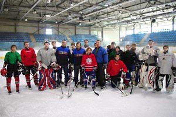 Fotografia na tréningu. Tréneri Tomáš Ivan (zľava), Daniel Marcinov a Patrik Sokoli s hráčmi.