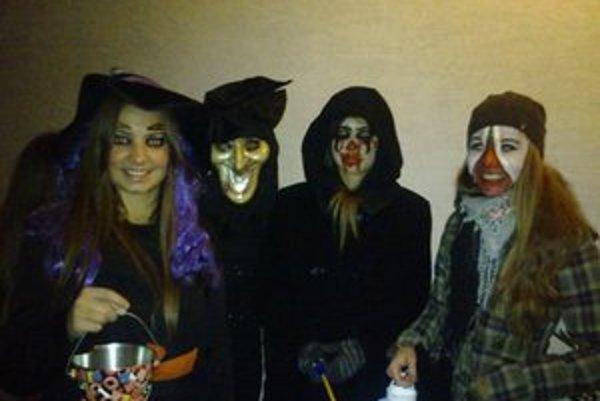 Svidnícke strašidlá. Nadšenkyne Halloweenu a recesie si vyrobili strašidelné masky a koledovali za sladkosti.