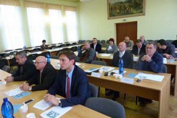 Svidnícki poslanci. Mestský parlament bude mimoriadne rokovať o problematike vrátenia 25 percent prostriedkov z dotácie pre miestny zberný dvor.