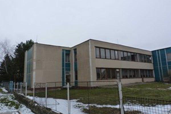 Bývalá škôlka. Mesto má niekoľko rokov vypracovaný projekt na rekonštrukciu budovy, ktorá by mohla slúžiť ako penzión pre seniorov.