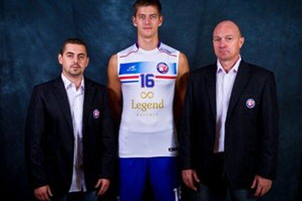 Svidníčania. Hráč Radoslav Száraz, tréner Jaroslav Vlk a člen predstavenstva Ján Hirčko.