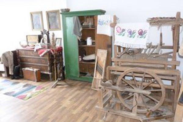 Pamätná izba. V Zlatom kvôli zachovávaniu tradícií zriadili zbierku miestnych starožitností.