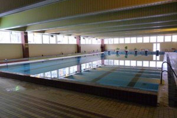 Krytá plaváreň. Plávanie v sobotu je tu už minulosťou. Bapos zmenil hodiny pre verejnosť.