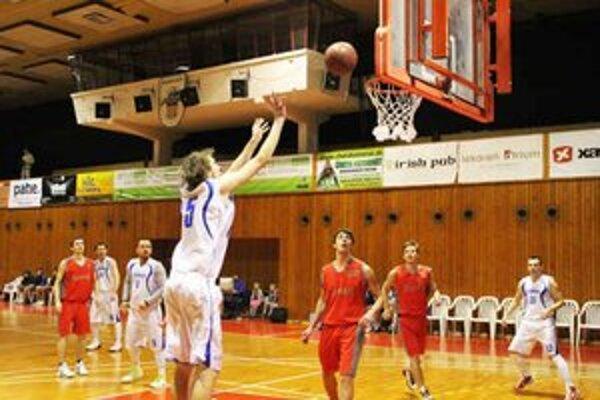 Bardejovskí basketbalisti. Po domácej výhre nad Prešovom prišla tesná porážka v Košiciach.