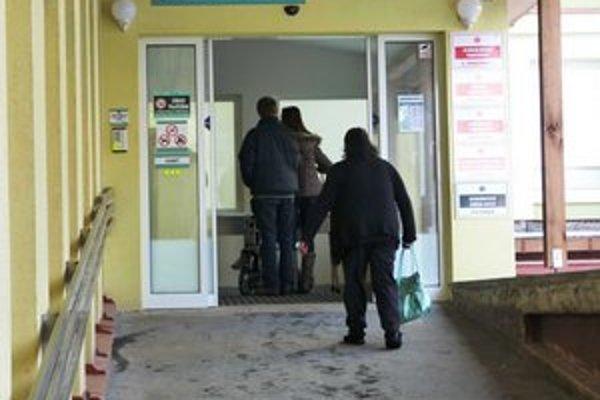 Urgentný príjem. V bardejovskej nemocnici sa v týchto dňoch plnia čakárne úrazovej chirurgie.