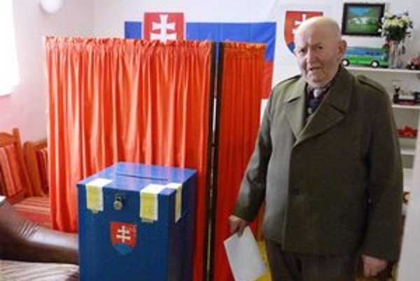 Voľby v Ondavke. Hlas vo voľbách na starostu prišiel odovzdať aj jediný kandidát A. Marčišin.
