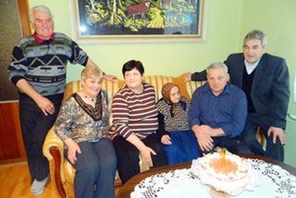 Mária Mihňáková. 102-ročná Kurimčanka s rodinou.