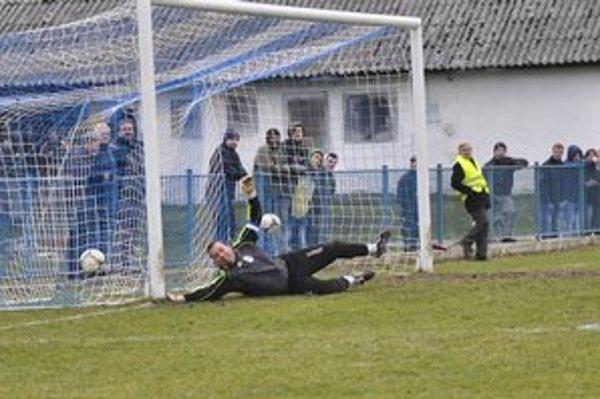 Čabala strieľa druhý gól domácich. Pri ňom sa zranil brankár hostí Richard Marušák.