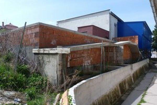 Rozostavaná plaváreň. Pri Športovej hale Igora Nováka sú vybudované základy a kontúry budúceho krytého bazéna. Mesto na dostavbu aktuálne nemá financie.