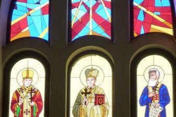 Nová vitráž v kostole. Autorkou je  Agáta Kmiťová s kolektívom.